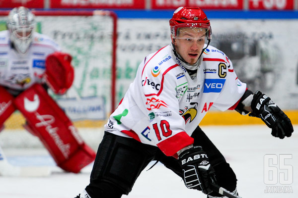 Sportin kapteeni Antti Uitto kantaa suurta vastuuta vaasalaispuolustuksessa ja pukukopissa myös alkavalla kaudella.