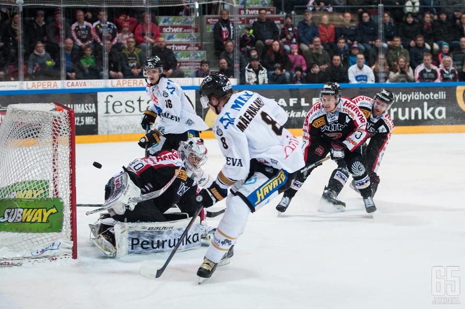 Saku Mäenalanen loukkaantui heti ottelun ensimmäisessä vaihdossa.