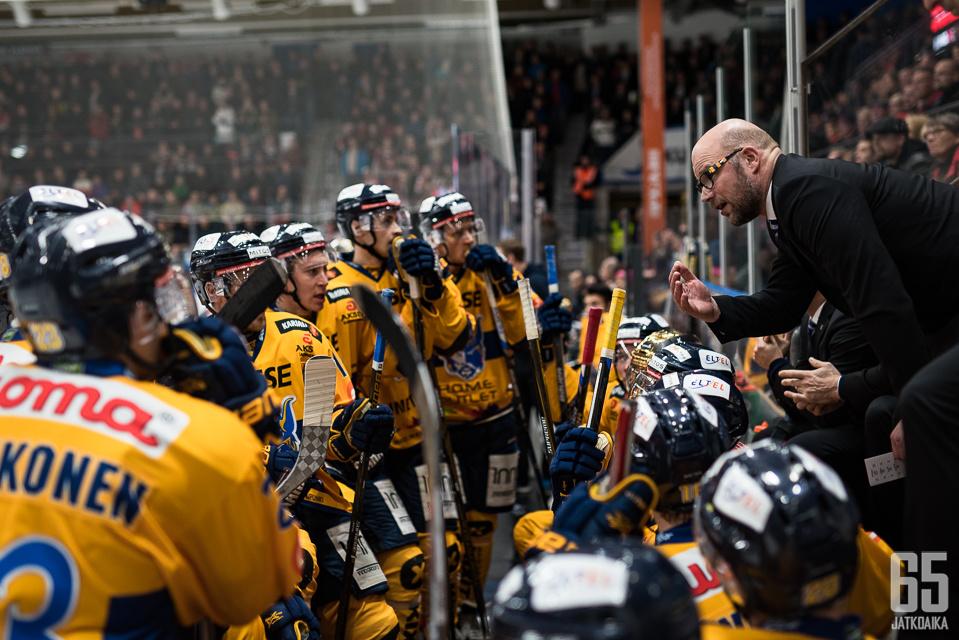 Tällä kertaa Risto Dufva kävi pelaajien sijasta keskustelua tuomareiden kanssa.