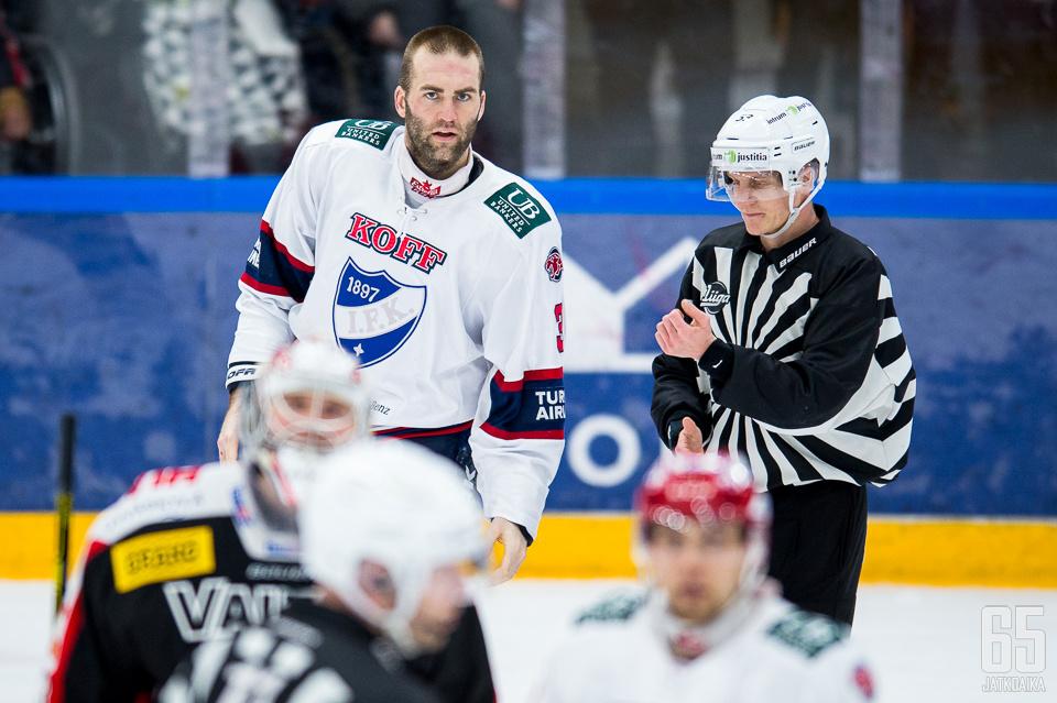 Joe Finley on jaellut HIFK:n puolustuksessa kovia taklauksia.