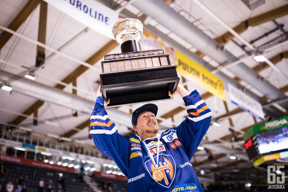 Blake Parlettin viime kausi päättyi Kanada-maljan nostoon.