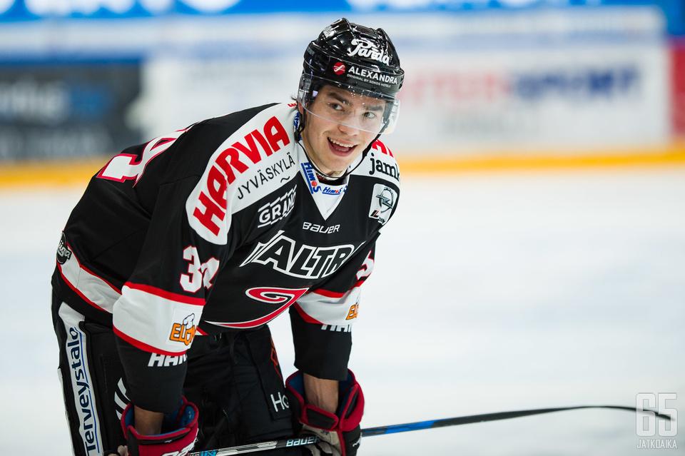 Puolustaja Alex Lindroos siirtyy lainalle Kiekko-Vantaaseen JYPistä.