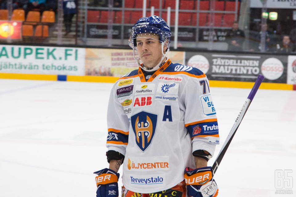 Kristian Kuuselan ottelumäärään on monella tavoittelemista.