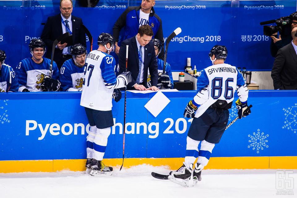 Lauri Marjamäki jakoi ohjeita pelaajilleen, mutta sekään ei auttanut.