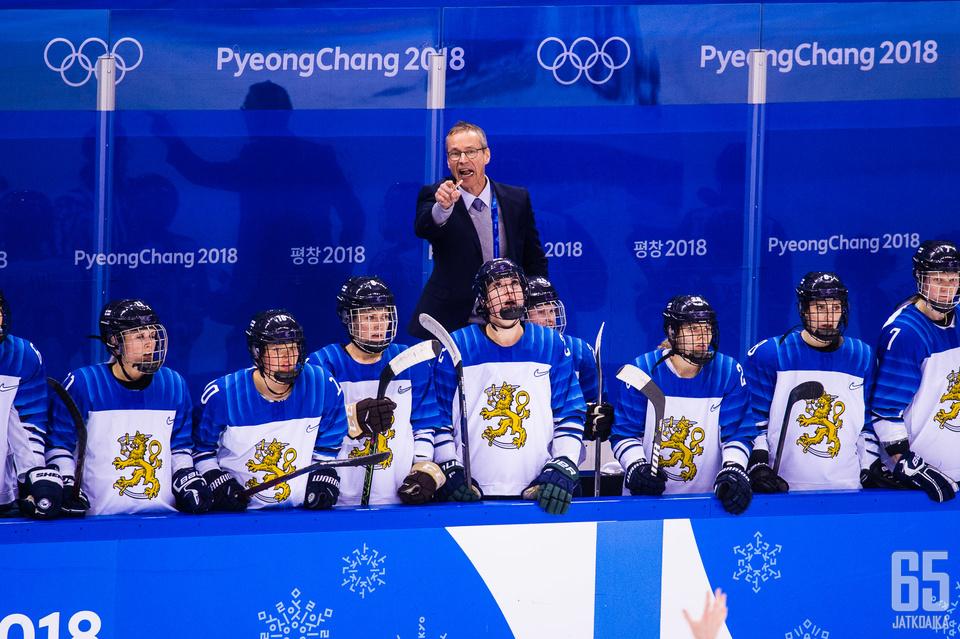 Naisleijonien päävalmentaja Pasi Mustonen johtaa koko suomalaisen naiskiekon huippu-urheilutoimintaa.