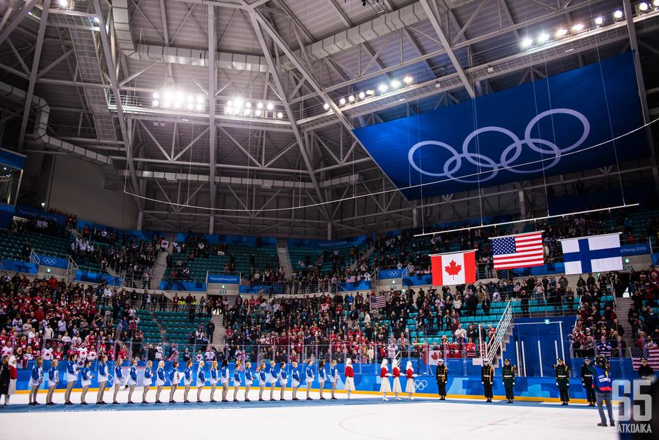 Naisten jääkiekon kolmen parhaan maan liput nousivat Gangneungin hallissa.