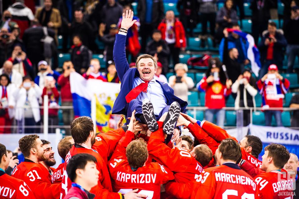 Päävalmentaja Oleg Znarok pääsi joukkueensa harteille voitetun finaalin päätteeksi.