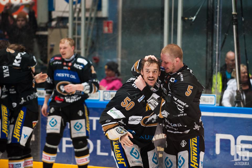 Juhamatti Aaltonen oli juhlittu sankari ottelun ratkettua.