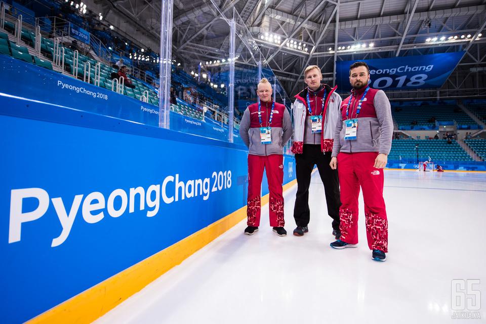 Tomi Hukari (vas.), Jarkko Laitala ja Tuomo Sipilä vastaavat olympiakaukaloiden kunnosta myös kisapaikalla.