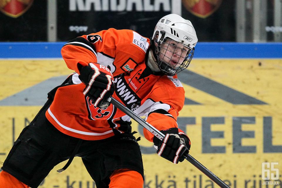 Joni Tuulola pelaa yhdessä isänsä kanssa Lukko-ottelussa.