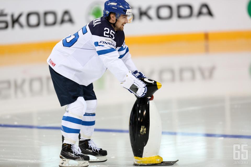 Pekka Jormakka on taas mukana Suomen maajoukkueessa. Tällä kertaa hän hyppää jäälle ilman pingviiniä.