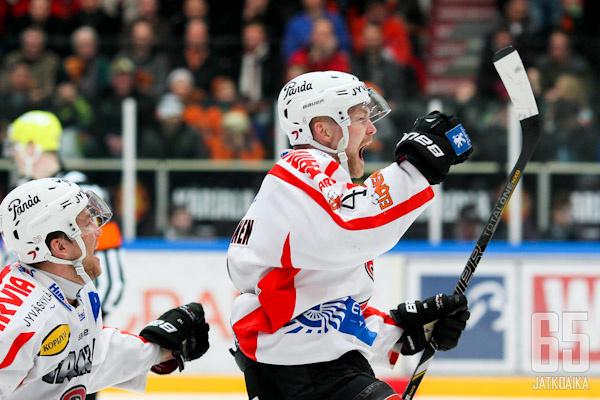 Mikko Viitanen pääsi jälleen tuulettamaan pudotuspeleissä ratkaisumaalin merkiksi.