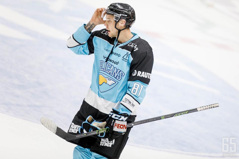 Taavi Vartiainen mitteli Sportin Erik Riskan kanssa nyrkein.
