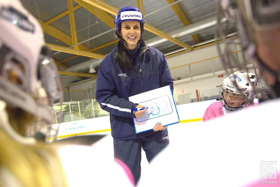Suomen Jääkiekkoliiton tyttökiekon taitovalmentajana viime vuodet toiminut Niemi suuntaa Kiinaan.