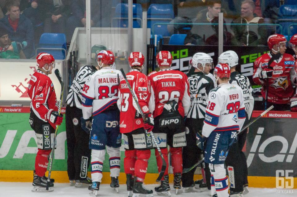 Mika Järvinen sai osuman kiekosta vaihtoaitiossa, mikä aiheutti ihmetystä.