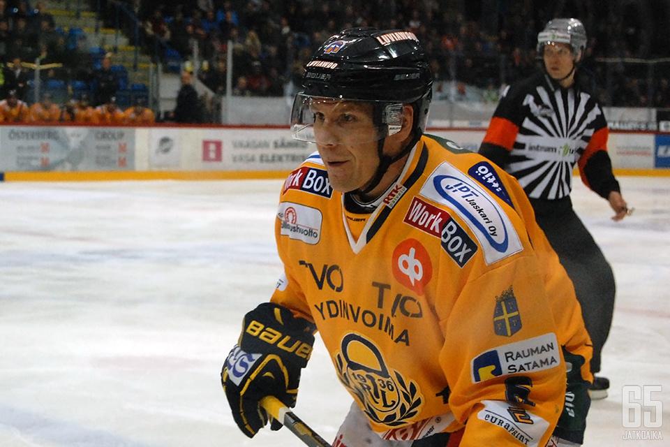 Ilkka Mikkola seurailee jatkossa joukkueensa pelisuorituksia katsomosta käsin.