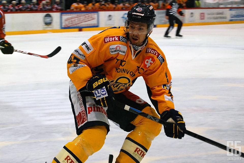 Janne Lahti seuraa pelitilanteita jatkossa katsomon puolelta.