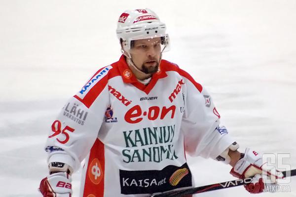 Jarkko Heikkinen oli viime kaudella vielä itse pelaajana, nyt tulokasvalmentaja luotsaa joukkuettaan penkin takaa