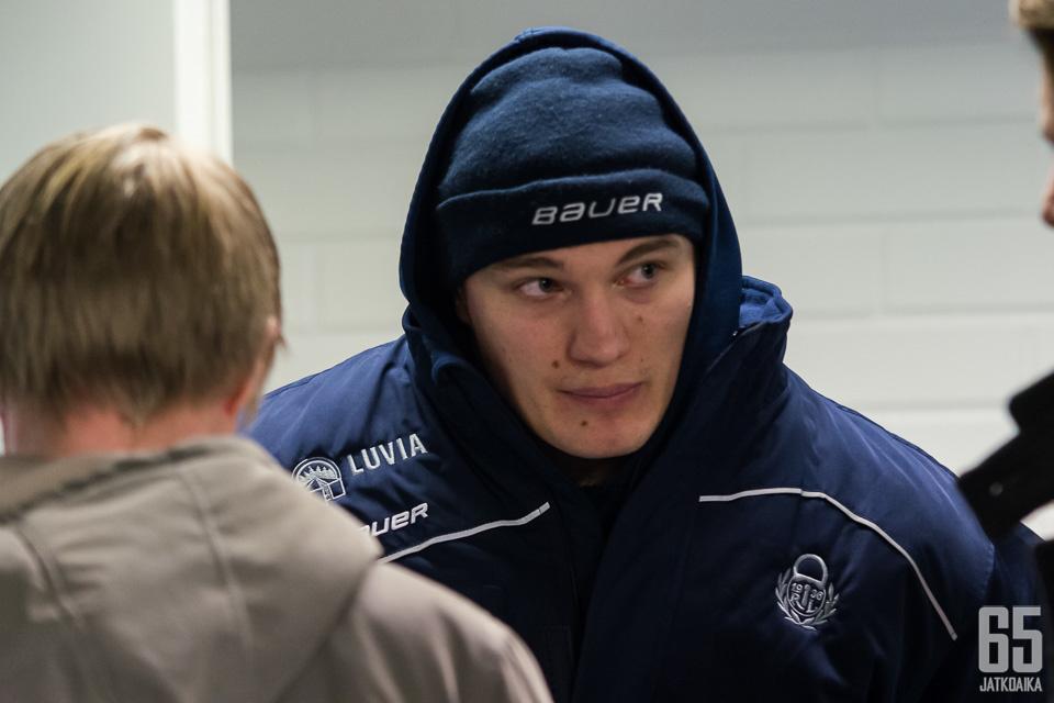 Olavi Vauhkonen oli harmissaan TPS-ottelun päätteeksi.