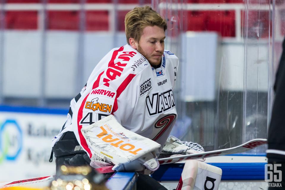 Dennis Saikkonen on torjunut IPK:n lisäksi Mestiksessä myös JYP-Akatemiassa.