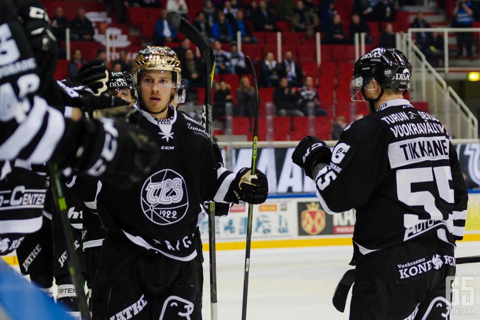 Kultakypärä Erik Thorell johtaa Liigan maalipörssiä 17 osumallaan. Ruotsalainen voi olla vaikea pysäytettävä puolustajapulasta kärsivälle Sportille.