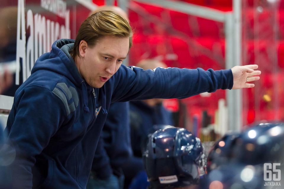 Päävalmentaja Simo Mälkiä lähtee tilkitsemään Jokipoikien peliä.