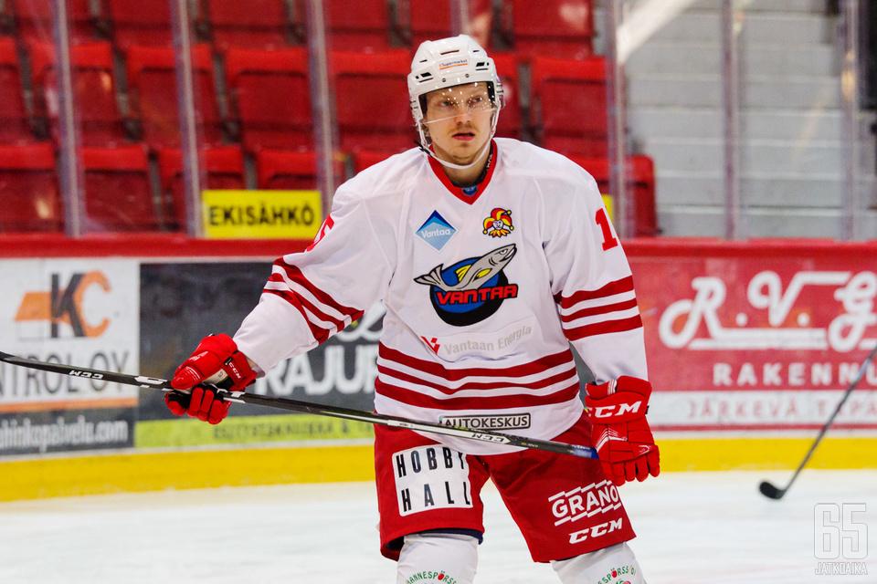Joonas Hyttinen upotti LeKin kahdella maalillaan.