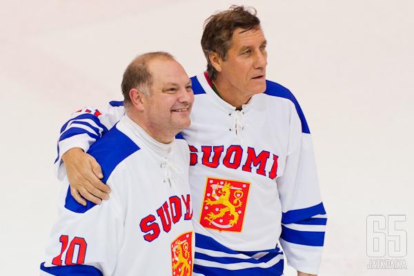 Esa Tikkanen ja Veli-Pekka Ketola nähtiin tänään Hakametsässä Pietarinkadun Oilers Legendat -joukkueen riveissä.