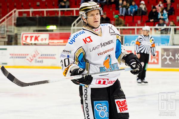 Jari Kauppila vaihtaa mustaoranssiin.