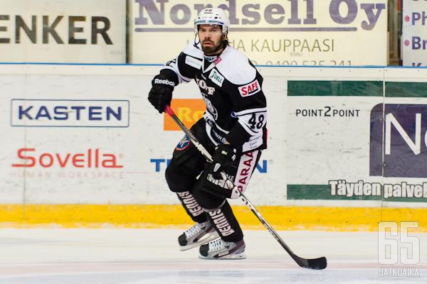 Viimeksi Suomessa pelatessaan Pikkarainen kiekkoili TPS-paidassa.