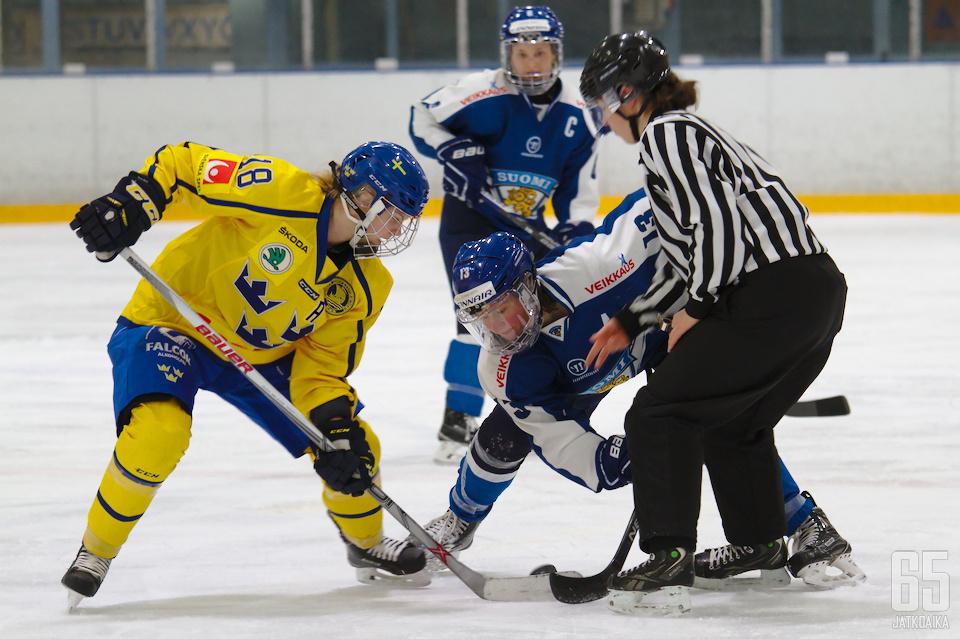 Riikka Välilä (nro 13) syötti Ruotsia vastaan kaksi osumaa.