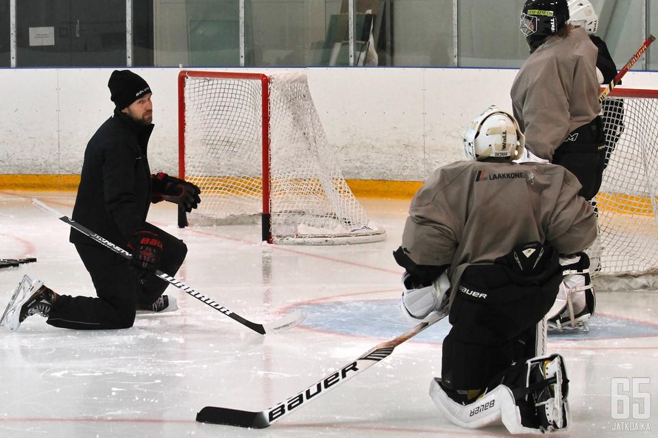 Tuomas Tarkki pääsi heti valmentajapestinsä ensimmäisissä jääharjoituksissa ohjaamaan Kärppien naisten joukkueen maalivahtikolmikkoa.
