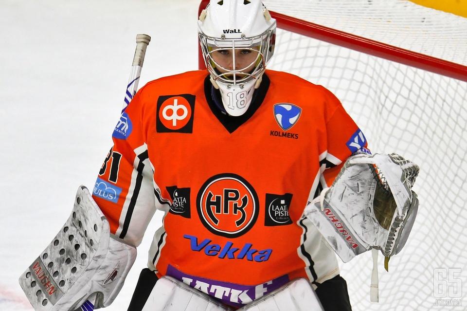 Meeri Räisänen on joukkuetovereineen haastavassa tilanteessa.