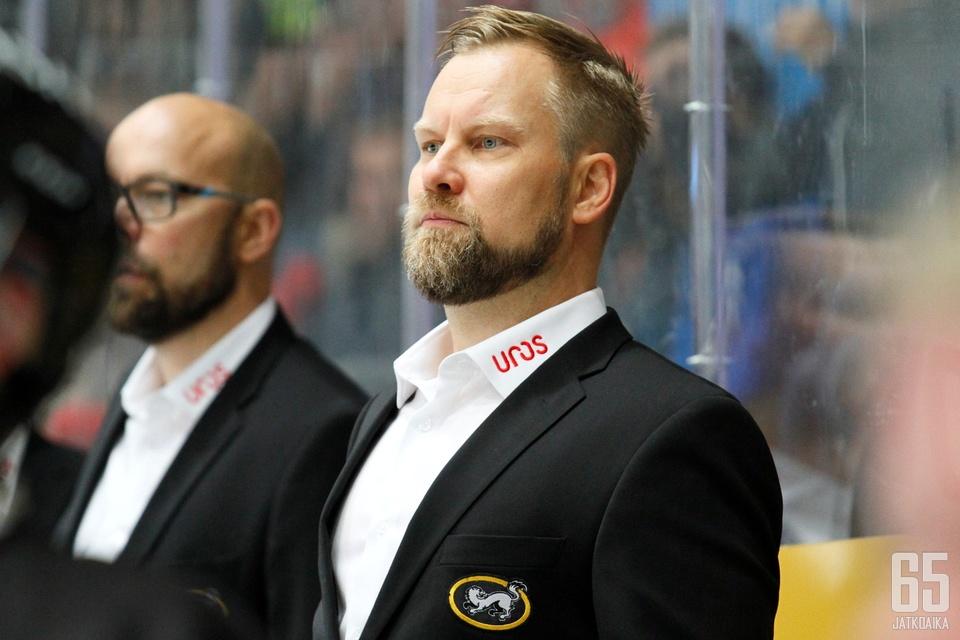 Kärppien päävalmentaja Mikko Mannerta ei pudotuspelien alku hetkauttanut.