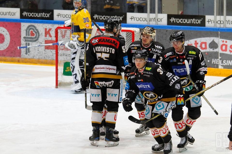 Aleksi Mäkelä (etualalla) iski ottelun avausmalin Jukurien karmean sähläyksen tuloksena.
