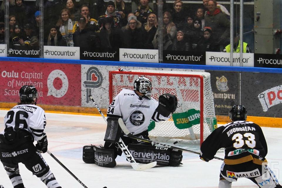 Ottelun avausmaali syntyi Mikael Ruohomaan laukauksella. TPS-maalivahti Oskari Setänen katsoo kiekon menneen maaliin.