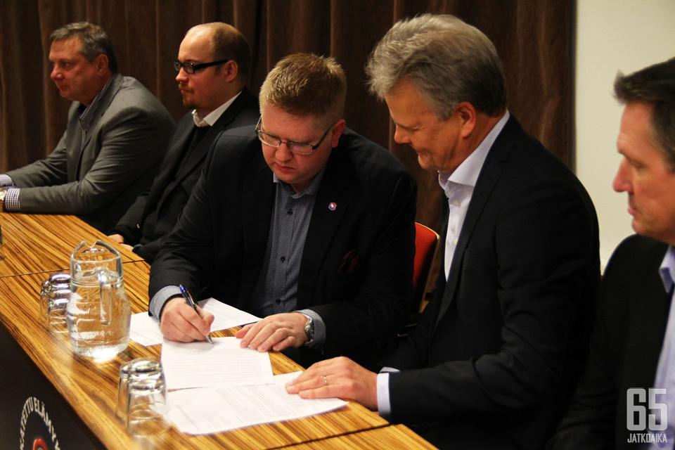 Tuomas Haanpää (kolmas vasemmalta) pisti ilmoille vetävän työilmoituksen.