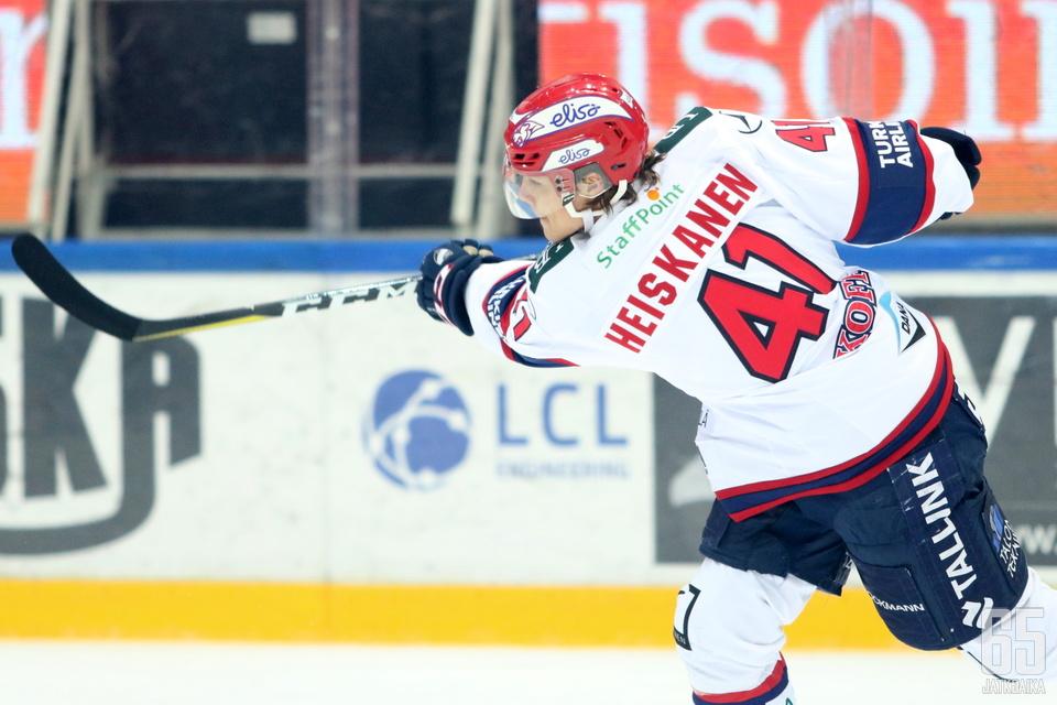 HIFK:n Miro Heiskanen pokkasi Liigan parhaan puolustajan tittelin nuorimpana pelaajana koskaan.