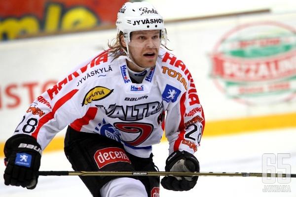 Miika Lahti kiekkoilee myös tulevan kauden jälkeen JYPin riveissä.
