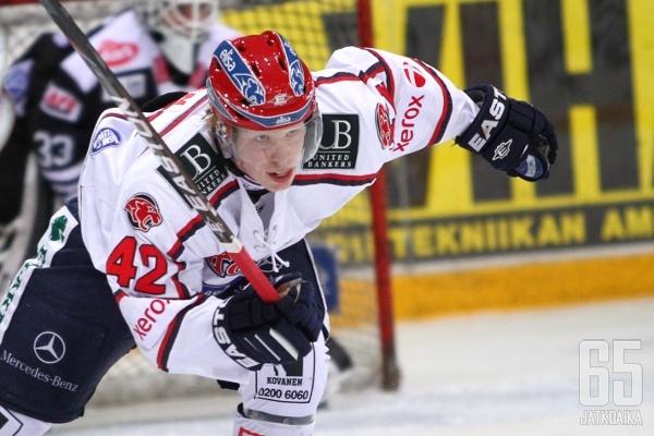 HIFK:n sopimuspelaaja Micke-Max Åsten kirmaa lokakuun loppuun saakka Mikkelin Jukureiden paidassa.
