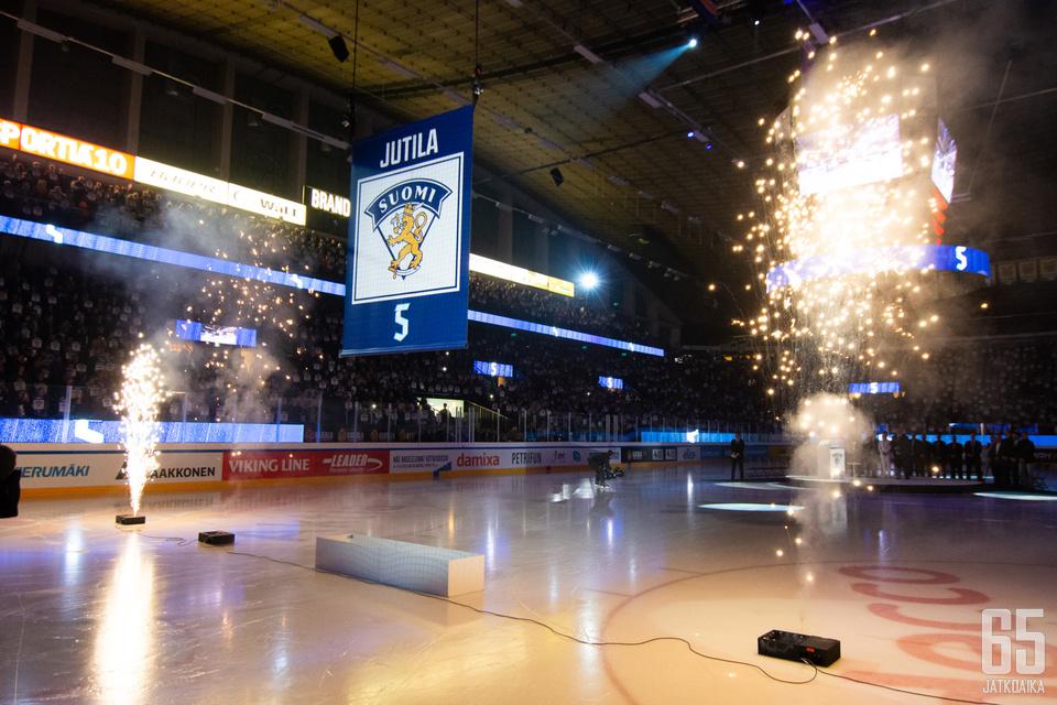 Timo Jutilan maajoukkueen numero 5 nostettiin Hakametsän kattoon.