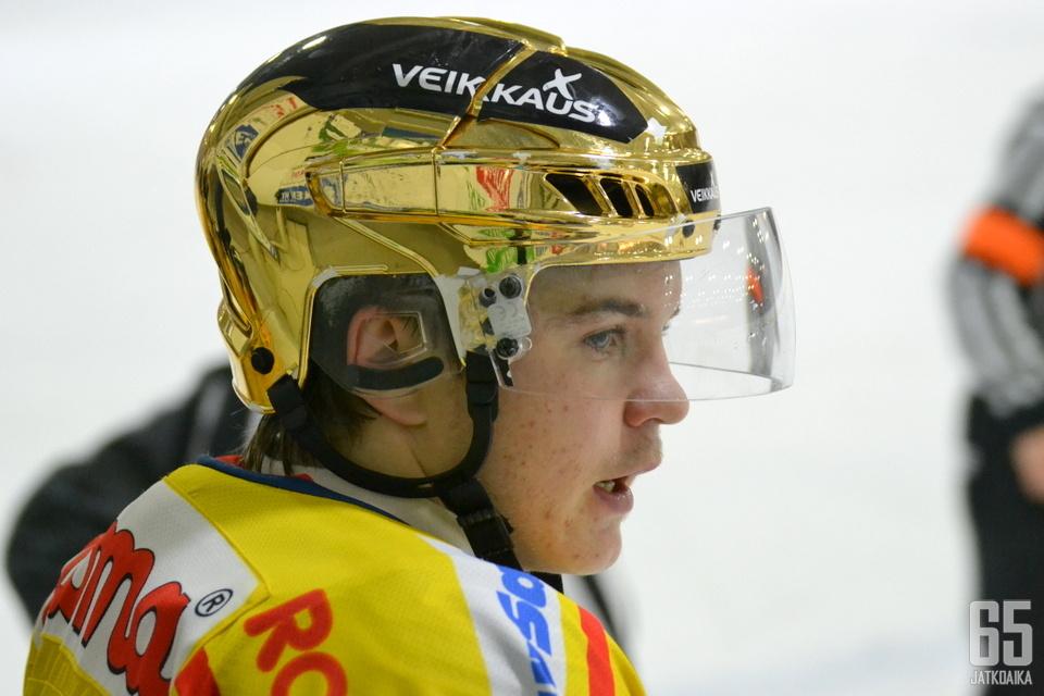 Jukurihyökkääjä Atte Mäkinen pääsi alkukaudesta kantamaan kultaista kypärää.