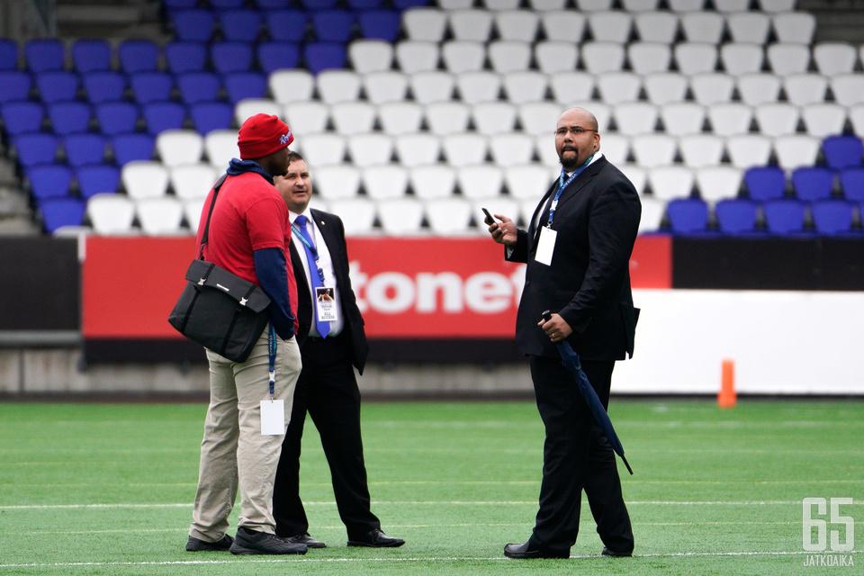 Seppo Evwaraye (oikealla) oli mieltynyt Sportin kunnianosoitukseen.