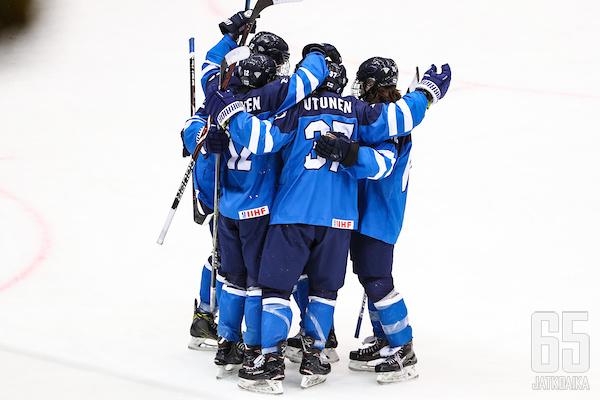 Suomi pääsi juhlimaan alkulohkon voittoa.