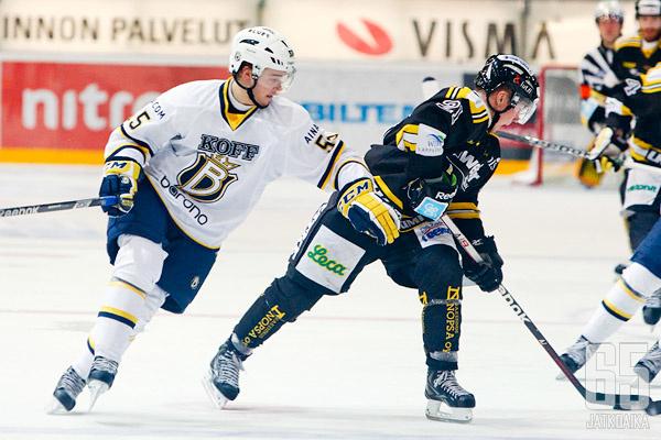 Niklas Tikkinen puolusti onnistuneesti ensimmäisessä liigapelissään.