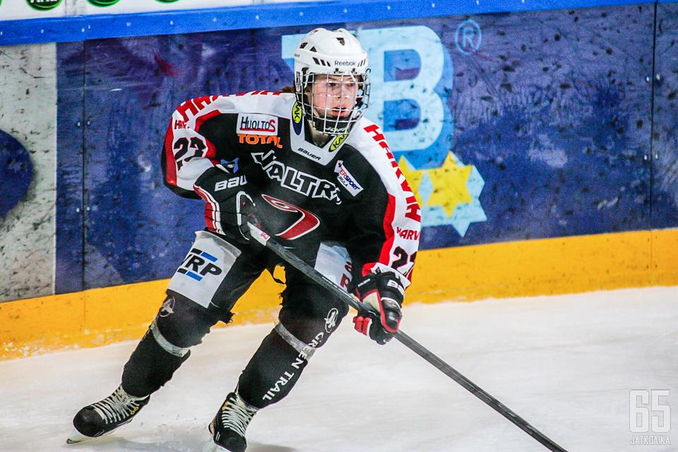 16-vuotias Sanni Hakala pelaa iästään huolimatta jo kolmatta kauttaan naisten SM-sarjassa.