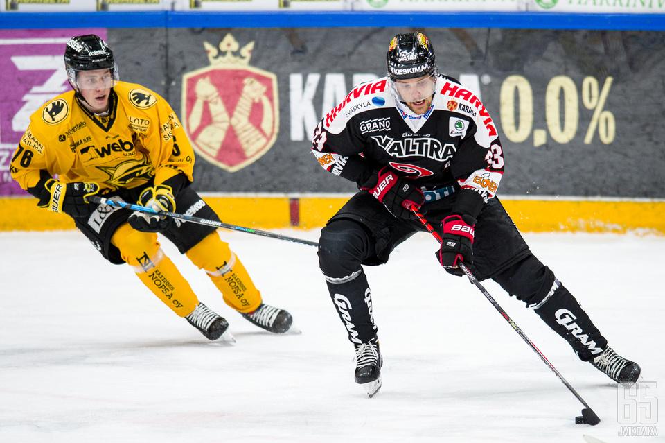 Mikko Salmio ja Leevi Karjalainen taistelivat vastakkain viikonlopun tuplaotteluissa. Kuva: Vesa Pöppönen