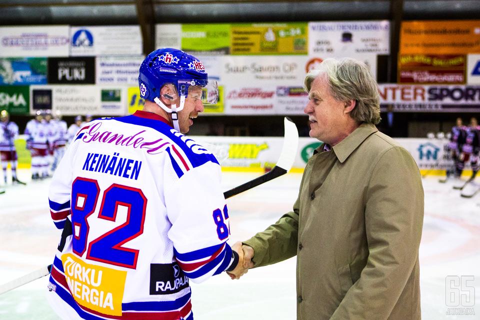 Hienon merkkipaalun saavuttanut Aki Keinänen on framilla myös Piippuhyllyllä.