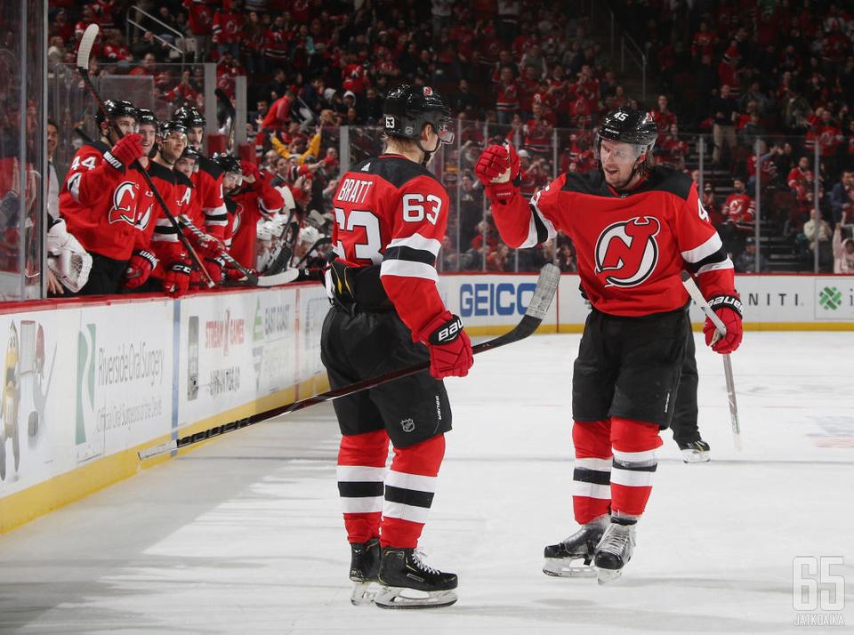 Jesper Bratt onnittelee Sami Vatasta ottelussa Chicago Blackhawksia vastaan.