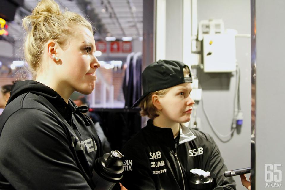 Ronja Savolainen (vas.) ja Noora Tulus Jatkoajan haastattelussa. Kuva joulukuulta 2017.